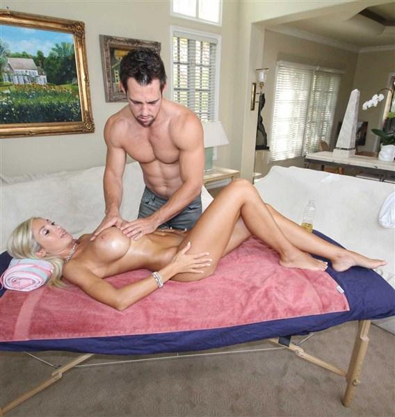 После душа блондиночке захотелось массажа