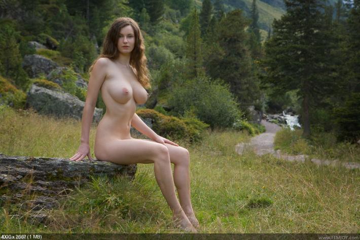 фото голих женщин на природе